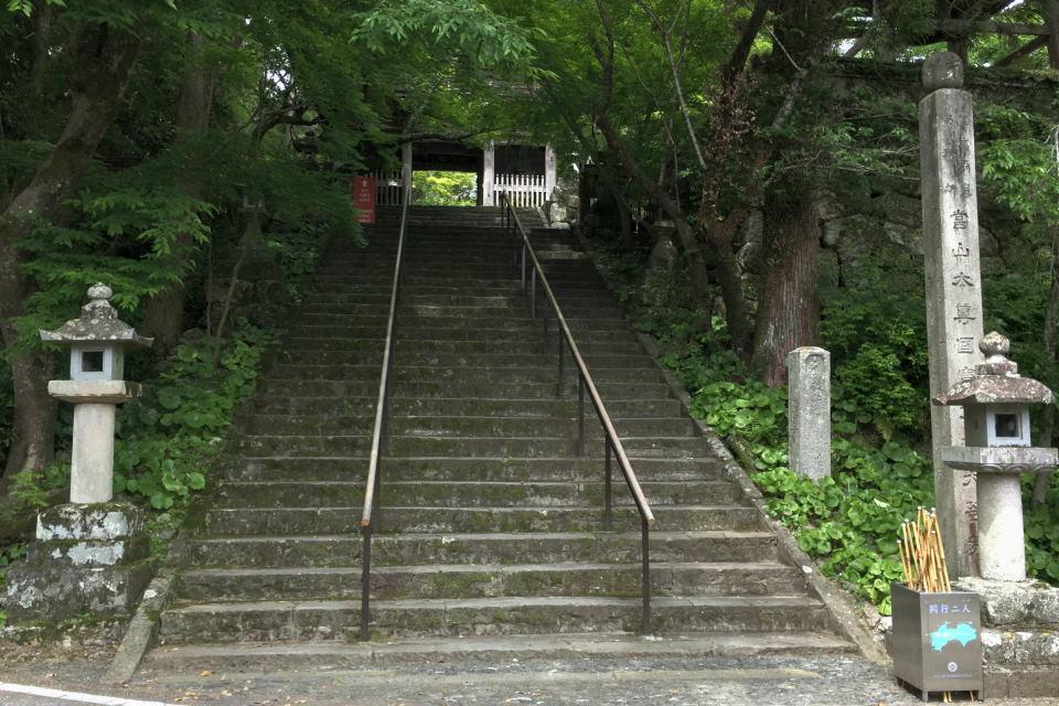 山門への階段